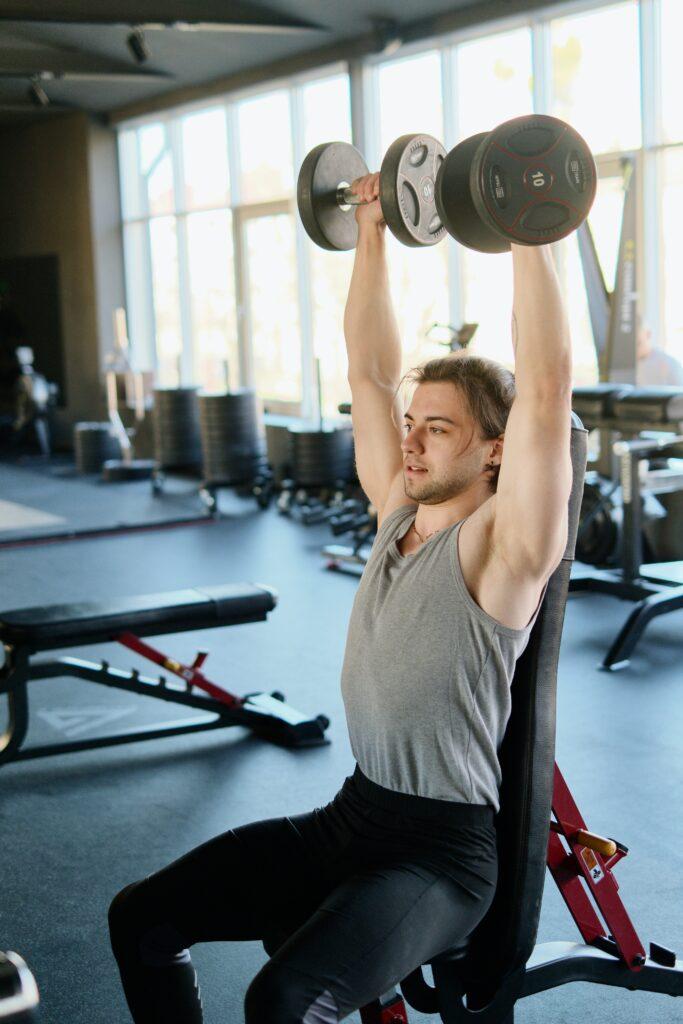 Por qué se agarrotan los hombros al hacer ejercicio